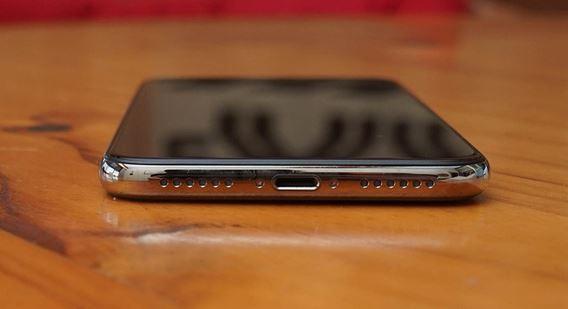 Chiếc iPhone X trước đó có dải loa và mic thoại cân xứng