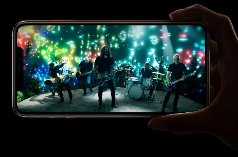 """Màn hình iPhone XS sở hữu màn hình OLED 5,8"""" với độ phân giải 2.436 x 1.125 pixel"""