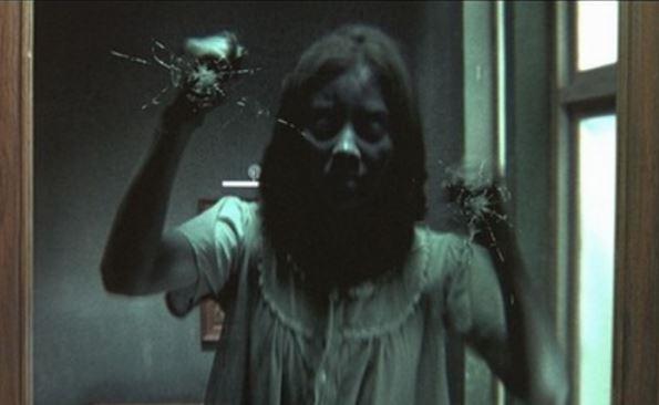 Ảnh ma nữ đang cố gắng phá cửa kính để vào với bạn thật đáng sợ