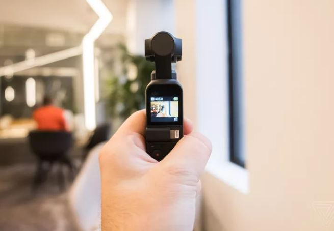 DJI Osmo Pocket là một gimbal cầm tay nhỏ có thể quay cảnh 4K