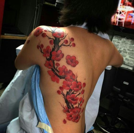 Mẫu hình xăm ở lưng dành cho nữ hình hoa đào đỏ rực