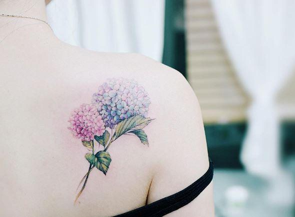 Hình xăm 2 bông hoa đầy màu sắc trên lưng dành cho nữ