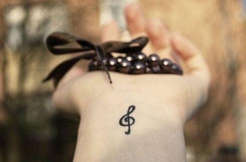 hình xăm nốt nhạc nhỏ trên cổ tay