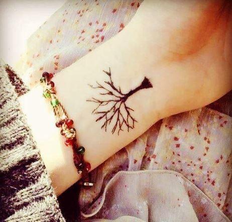 Hình xăm cành cây nhỏ trên cánh tay