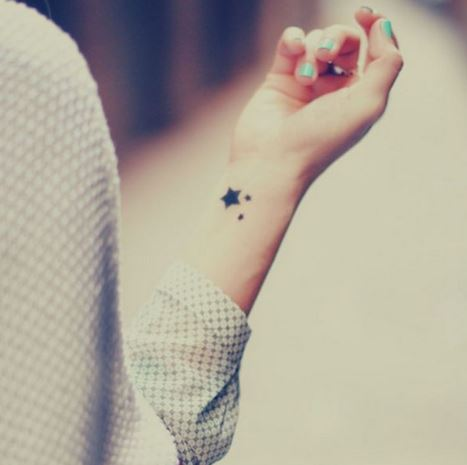 Hình xăm mini ở cổ tay và cổ chân dành cho nữ